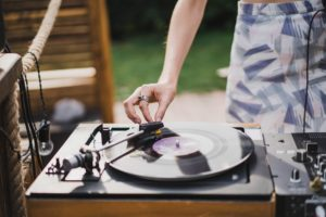 DJ, ozvučení a osvětlení, moderování